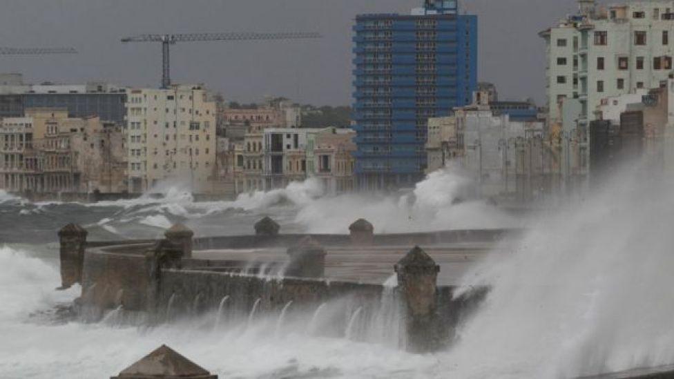 Olas golpean el Malecón de La Habana.
