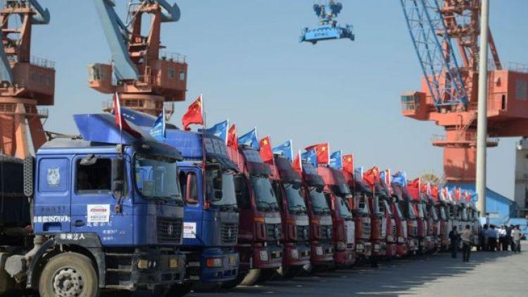 Camiones en línea en el puerto de Gwandar.