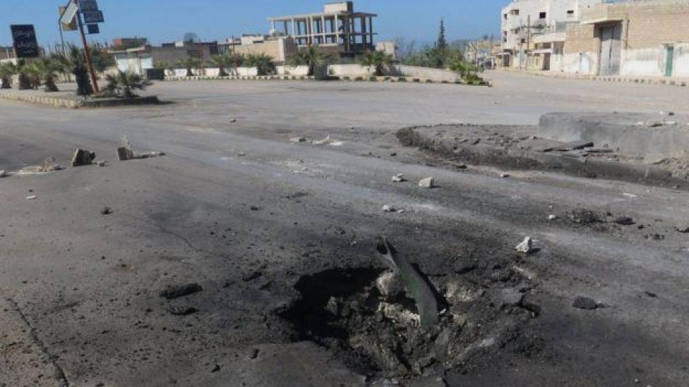 Cratera em estrada após ataque em Khan Sheikhoun, no dia 4 de abril de 2017