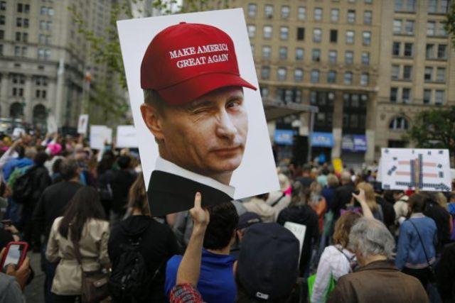 Un cartel donde se ve a Vladimir Putin con una gorra que dice: