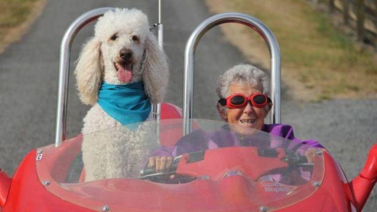 Norma Bauerschmidt e seu cão em passeio