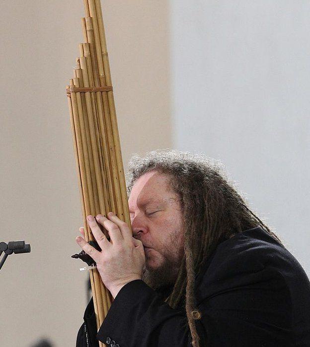 Lanier tocando instrumento