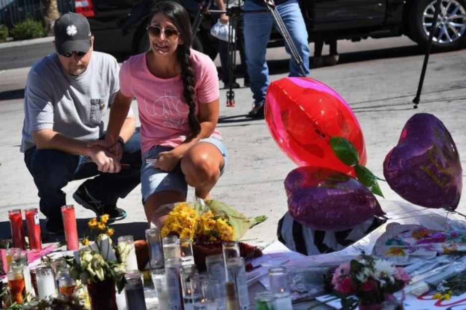 Personas realizan homenajes a las víctimas de la masacre