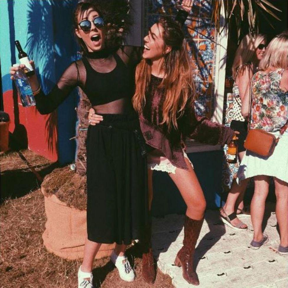 Gina e a irmã em festival de música