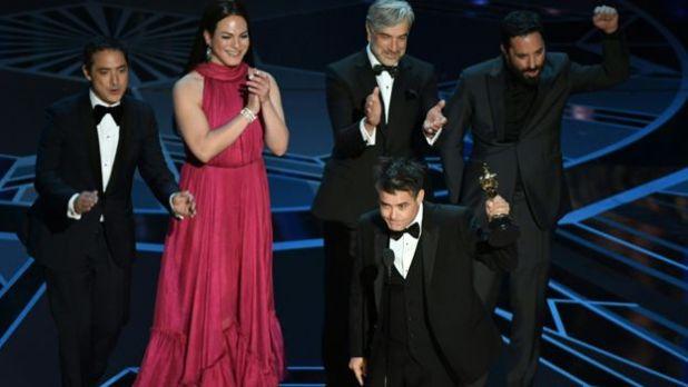 """El director y elenco de """"Una mujer fantástica"""" reciben el Oscar a mejor película de habla no inglesa"""