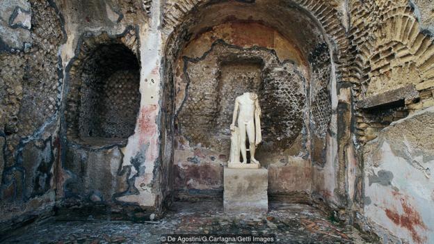 Una de las estatuas del yacimiento arqueológico de Baia.