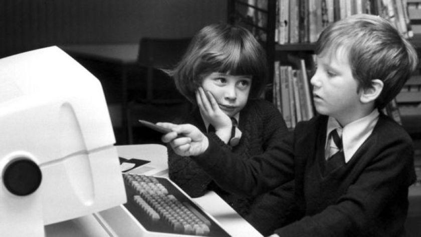 Bilgisayar önünde çocuklar