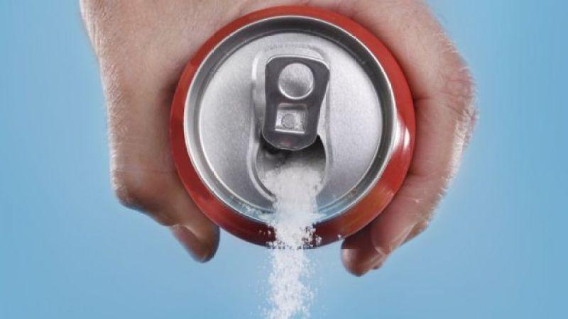 Lata de refrigerante cheia de açúcar