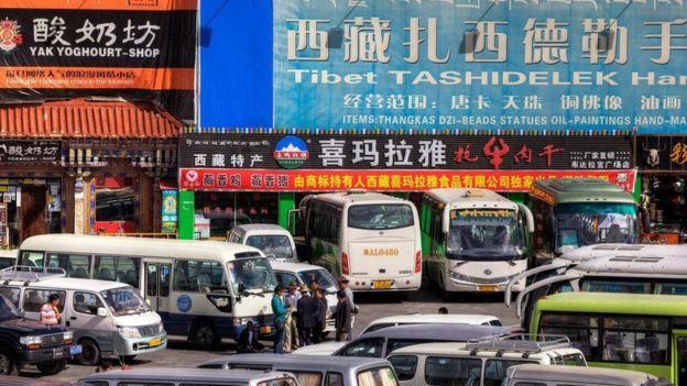 Una escena citadina en Tibet