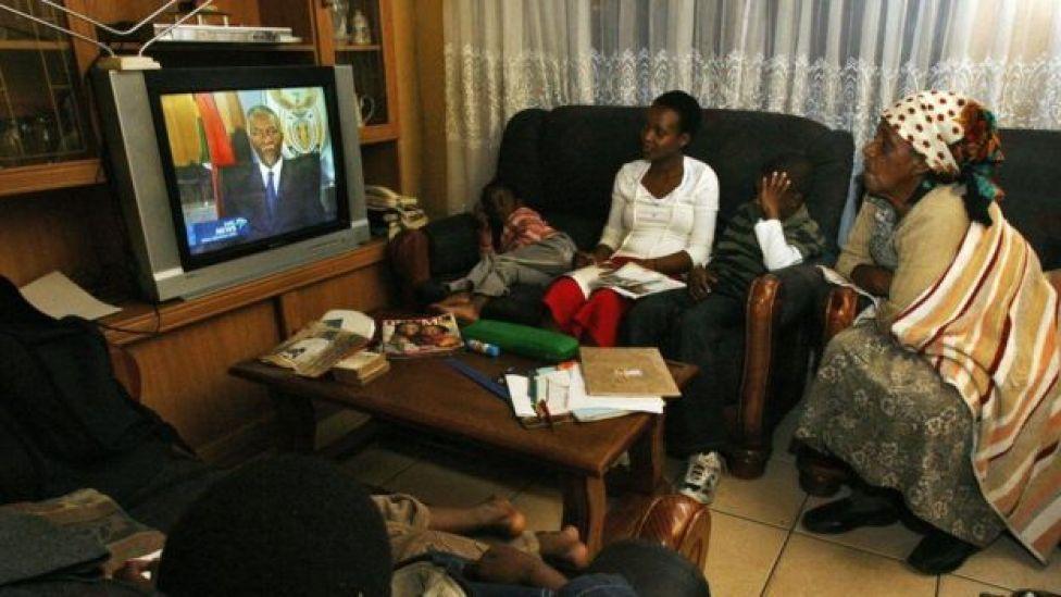 Dad daawanaya khudbadii is casilaadda ee Thabo Mbeki sanadkii 2008-dii