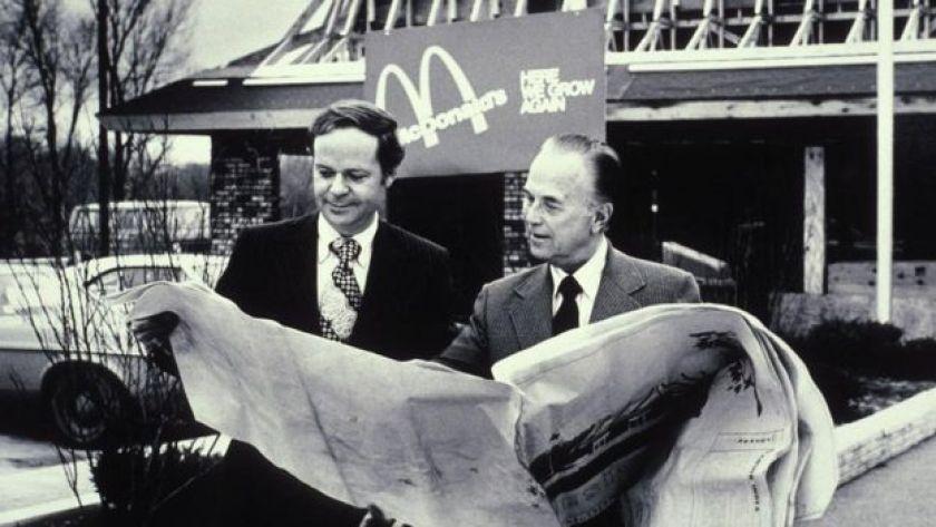 Ray Kroc McDonald's önünde
