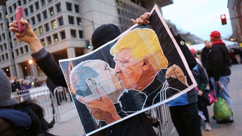 Cartel de Putin y Trum besándose