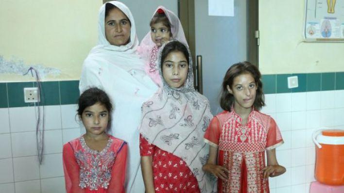 روبينا مع بناتها وهي لا تزال حزينة لفقدها توأما ذكرا