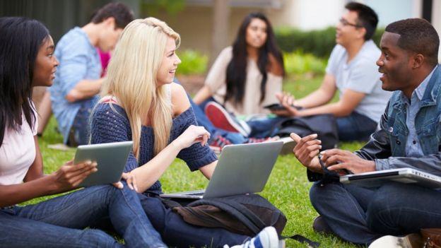 Jóvenes en un campus universitario