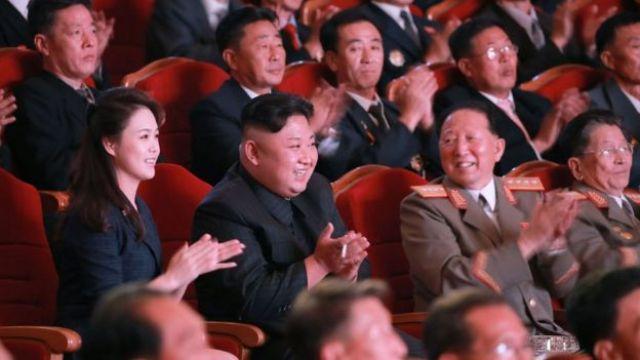 Ri Hong-sop (der) y Hong Sung Mu (2º der) con King Jong-un y su esposa