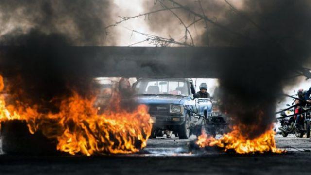Llantas en llamas en las calles de San Pedro Sula