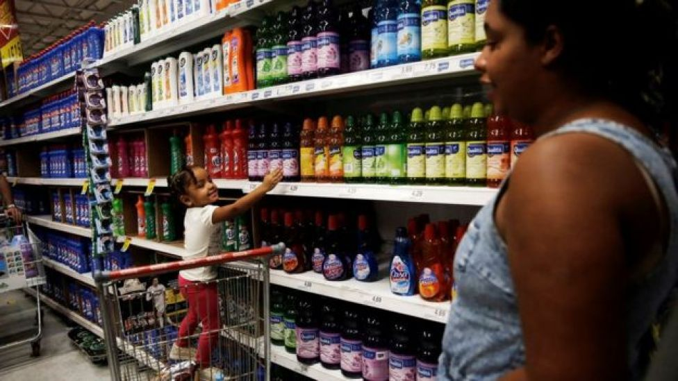 Uma mulher e sua filha em supermercado em São Paulo