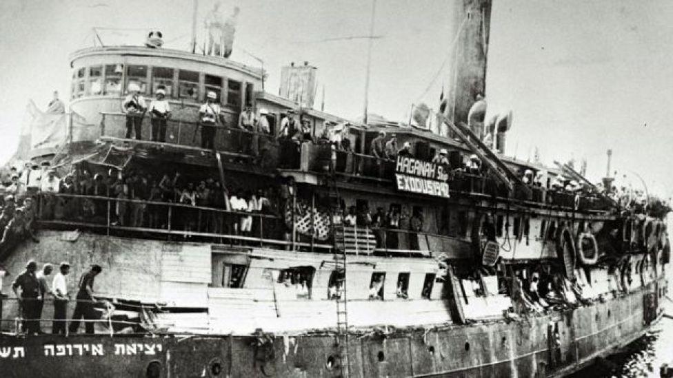 Barco cargado de refugiados judíos procedentes de Europa llegando al puerto de Haifa, durante el Mandato Británico sobre Palestina, en 1947.