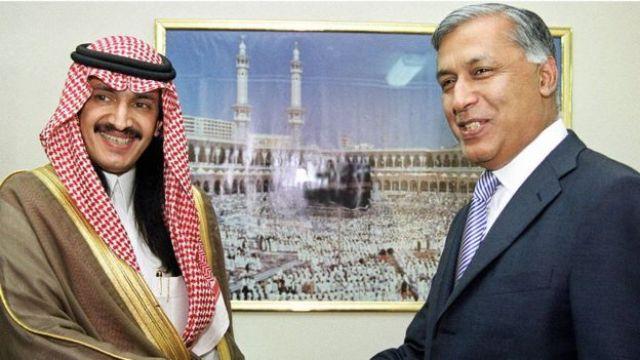 O príncipe Turki bin Bandar com o ministro das finanças paquistanês em 2003