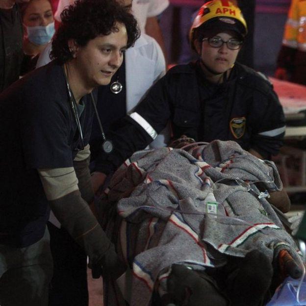 Alan Ruschel siendo trasladado en una camilla