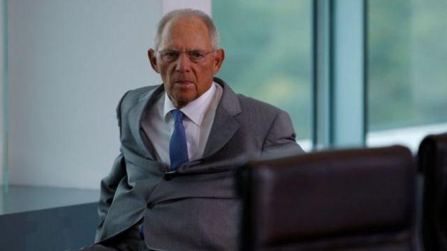 El ministro alemán de Finanzas, Wolfgang Schäuble, impulsa su silla de ruedas antes de una reunión del gobierno en Berlín.