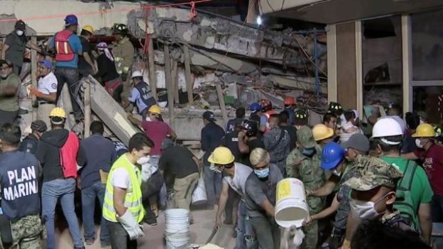 Socorristas sacan los escombros de una escuela destrozada por el sismo en México