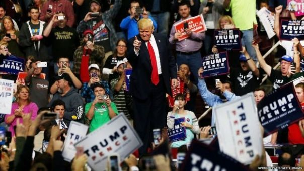 Donald Trump en medio de simpatizantes