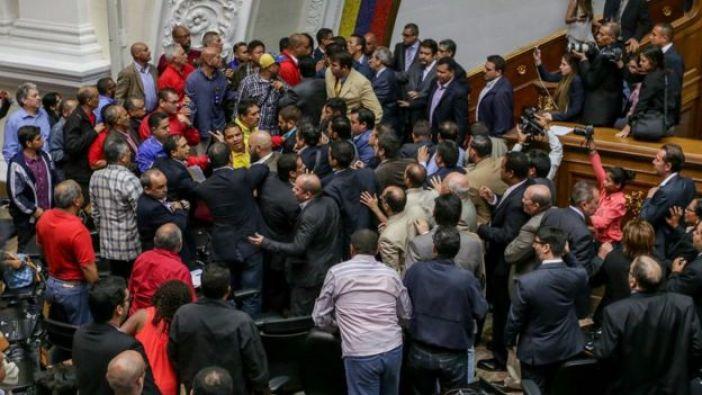 Tumulto entre diputados al final de la sesión