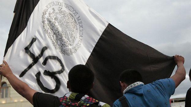 Bandera de México en blanco y negro con el número