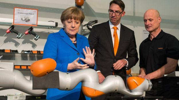 Angela Merkel em uma fábrica de robôs