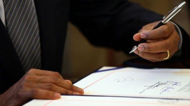 Las manos de Barack Obama, presidente de Estados Unidos, durante la firma del tratado de libre comercio con Colombia.
