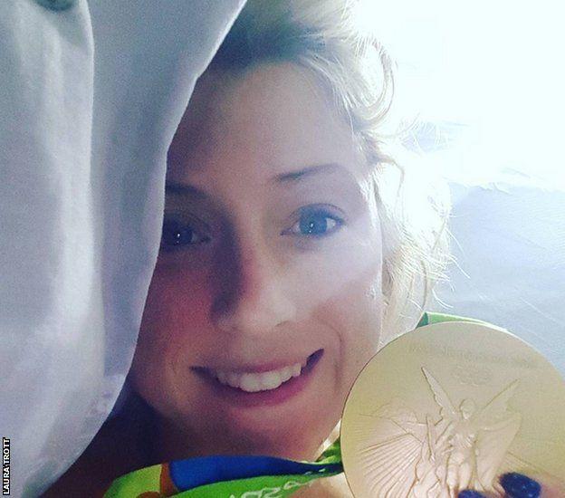 Laura Trott con su medalla de oro