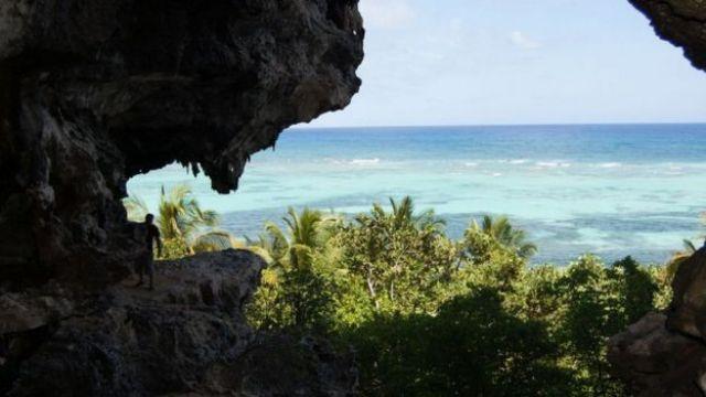 La isla de Mona pertenece a Puerto Rico y no está habitada actualmente.