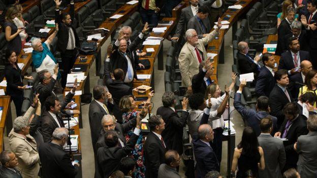Sessão da Câmara dos Deputados para aprovar urgência na votação da reforma trabalhista