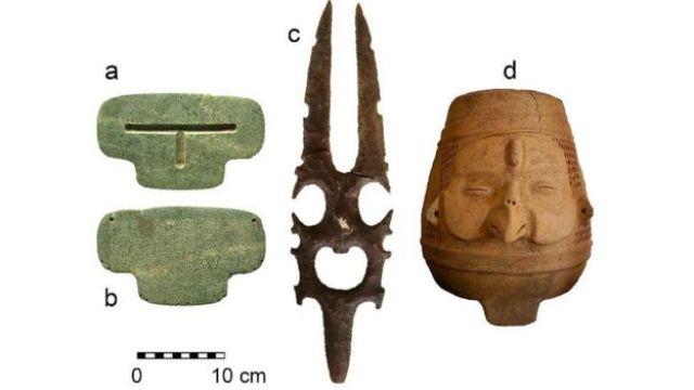 Objetos achados na tumba - pingente, escultura em pedra e vasos