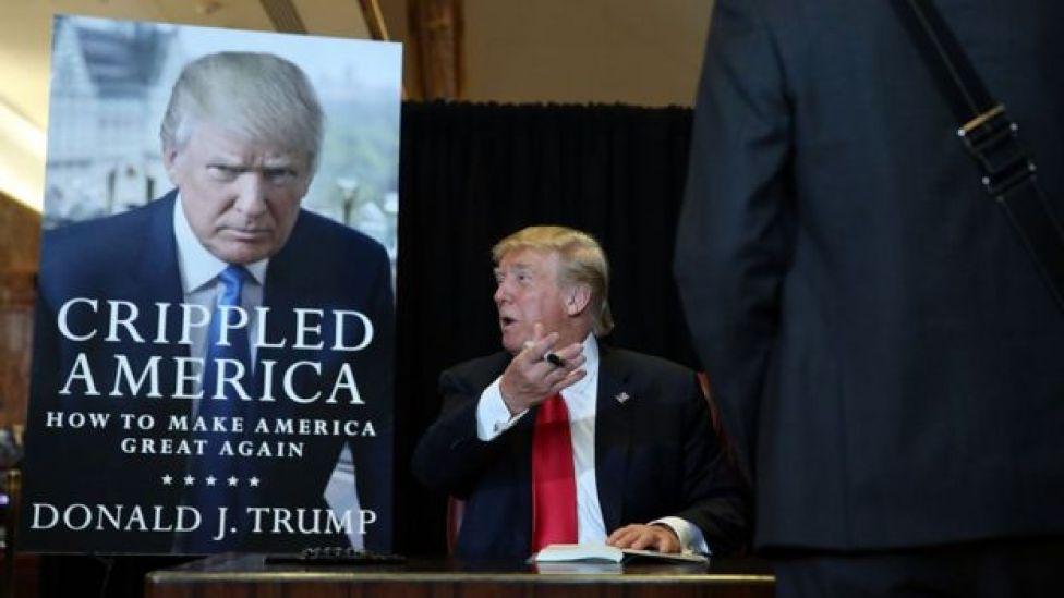 Trump assina cópias de seu livro