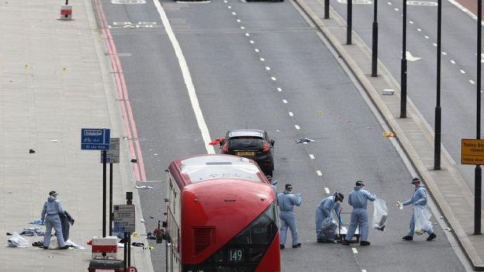 Policía junta evidencia en el Puente de Londres.