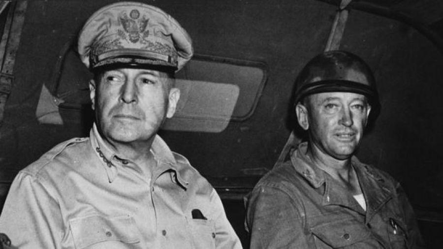 General Douglas MacArthur com outro militar