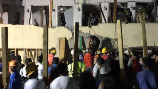 Socorristas en la escuela Rebsamen, destrozada por el terremoto en México