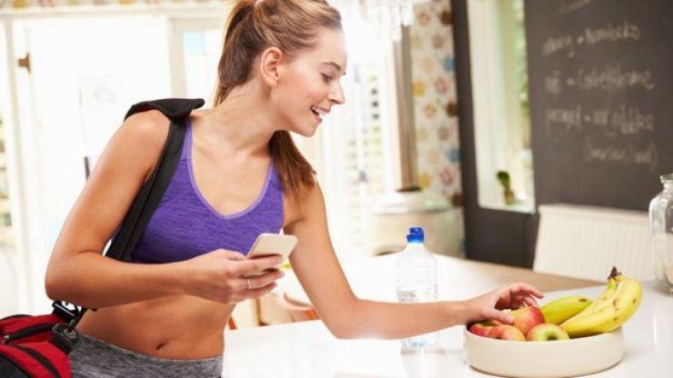 Una mujer escogiendo una fruta