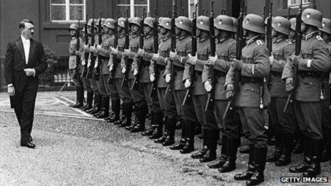 Hitler inspección de sus tropas