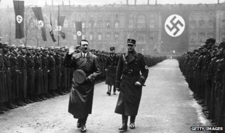 Hitler caminar por una guardia de honor