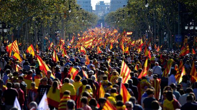 آلاف من مؤيدي الوحدة يحملون أعلام إسبانيا