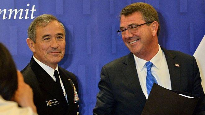 Bộ trưởng quốc phòng Mỹ Ashton Carter (phải) và Tư lệnh Bộ Chỉ huy Thái Bình Dương Hoa Kỳ, Đô đốc Harry Harris, tại Singapore tháng Sáu 2016