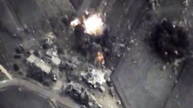 A foto fornecida pelo Ministério da Defesa russo, alegadamente mostra uma bomba atingir um alvo na Síria.  Foto: outubro 2015
