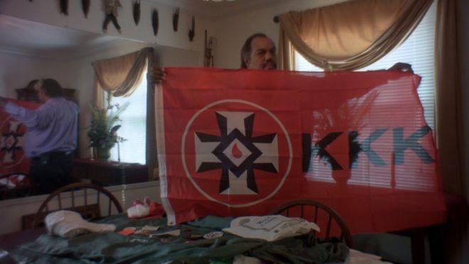 Daryl Davis mostra bandeira da Ku Klux Klan