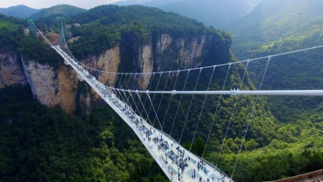 El puente se hizo con 99 paneles de vidrio transparente de tres capas cada uno.