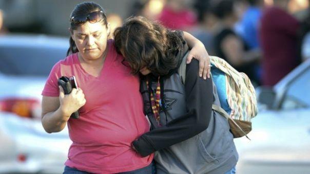 Una mujer recoge a su hija de una escuela de Azusa, próxima al lugar donde ocurrió el tiroteo.