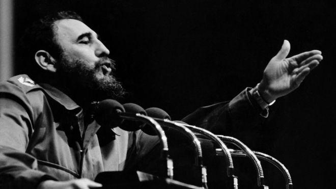 Foto da década de 1960 mostra Fidel Castro em um de seus discursos