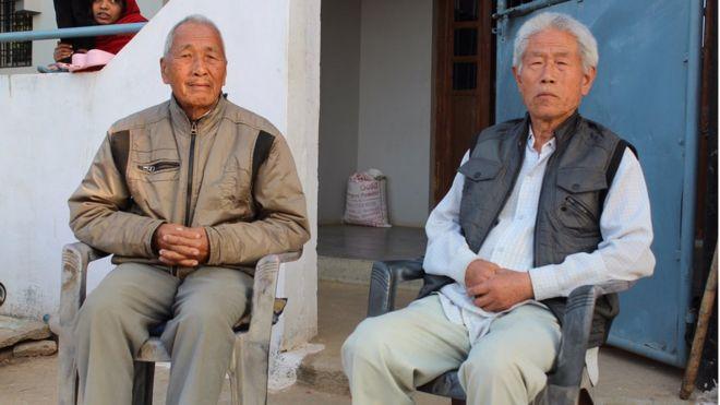 Ông Vương (phải) và ông Lưu (trái) gặp nhau nửa tháng một lần